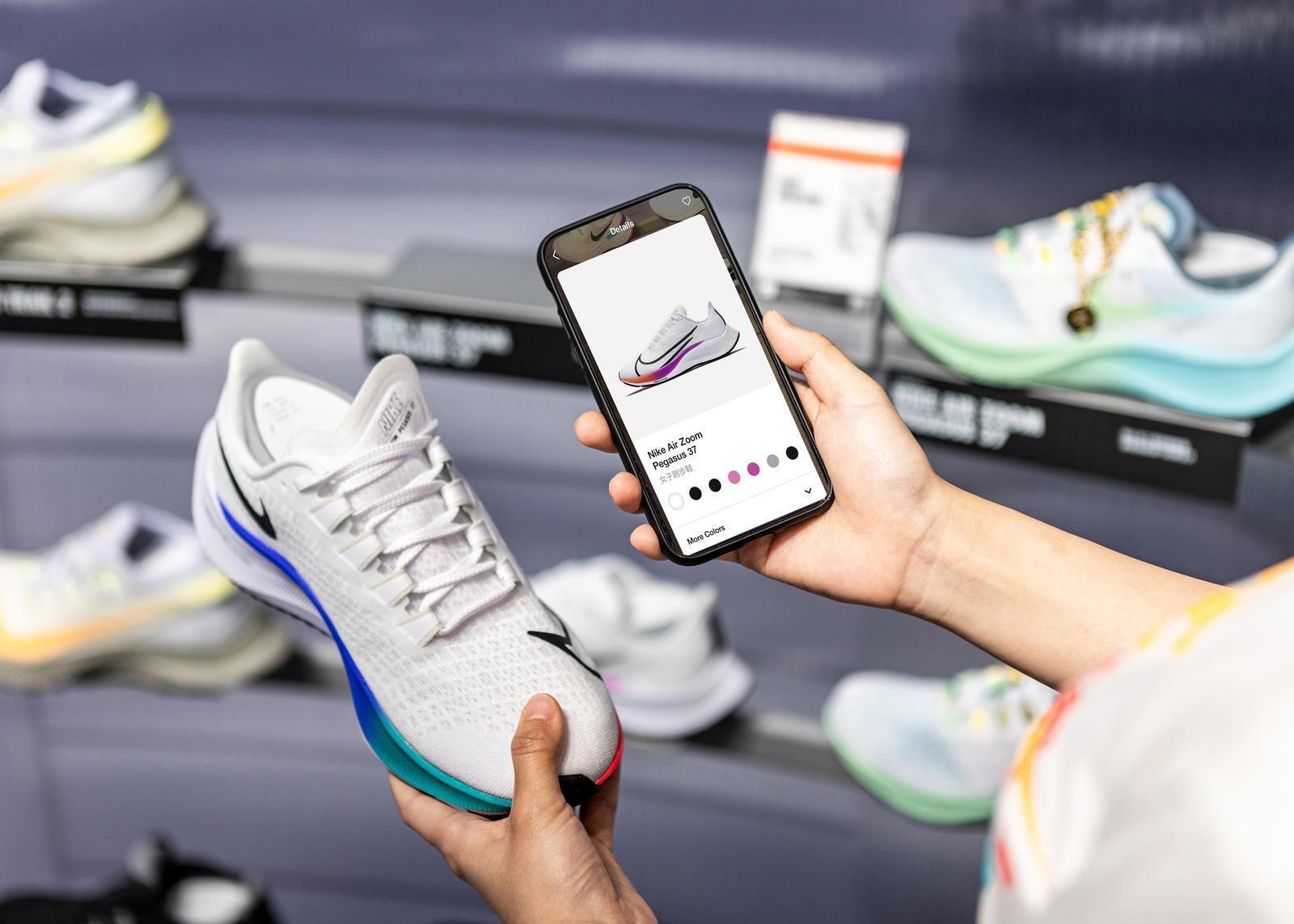 """Nike: Chiến thuật xây dựng thương hiệu """"chiếc gương lệch"""" marketingreview.vn"""