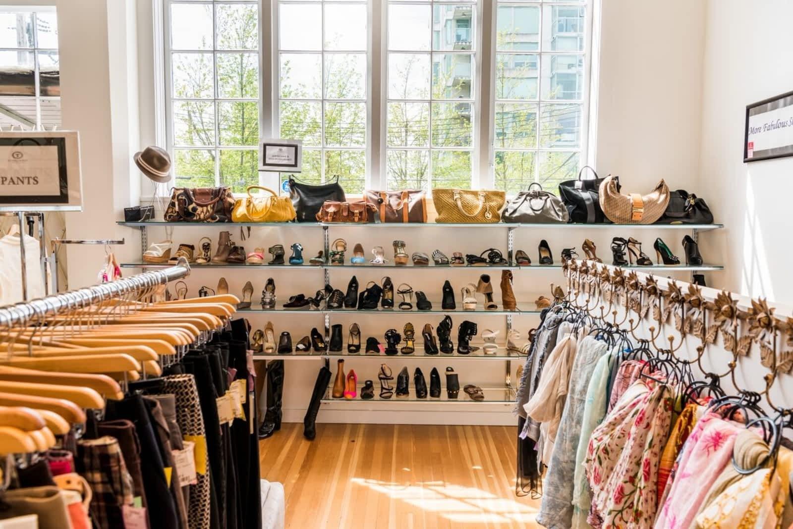 """Khách hàng mua sắm trong mùa lễ hội tăng mạnh ở phân khúc hàng hóa cao cấp """"resale"""" marketingreview.vn"""